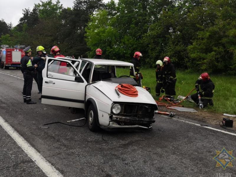 У Камянецкім раёне ратавальнікі дэблакавалі кіроўцу VW Golf, які сутыкнуўся з грузавіком