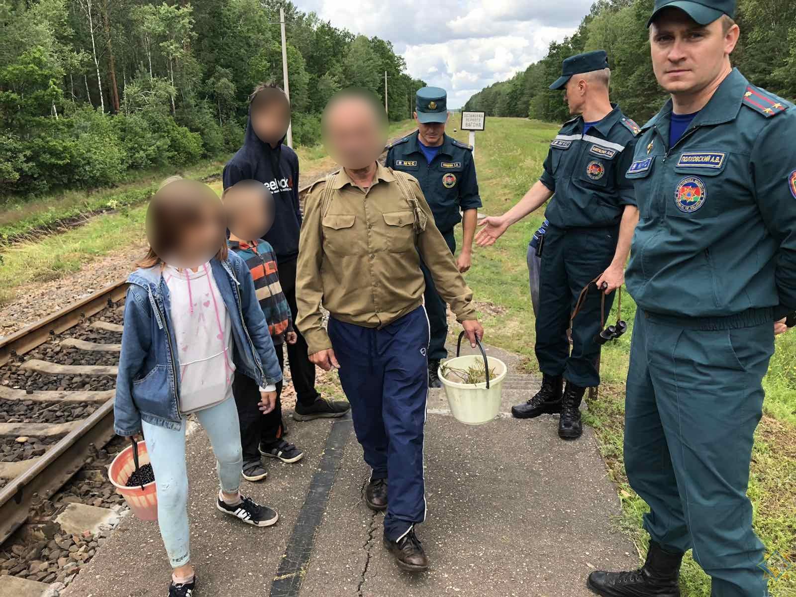Мужчина с четырьмя детьми заблудился в лесу близ поселка Мухавец у станции «Дубок»