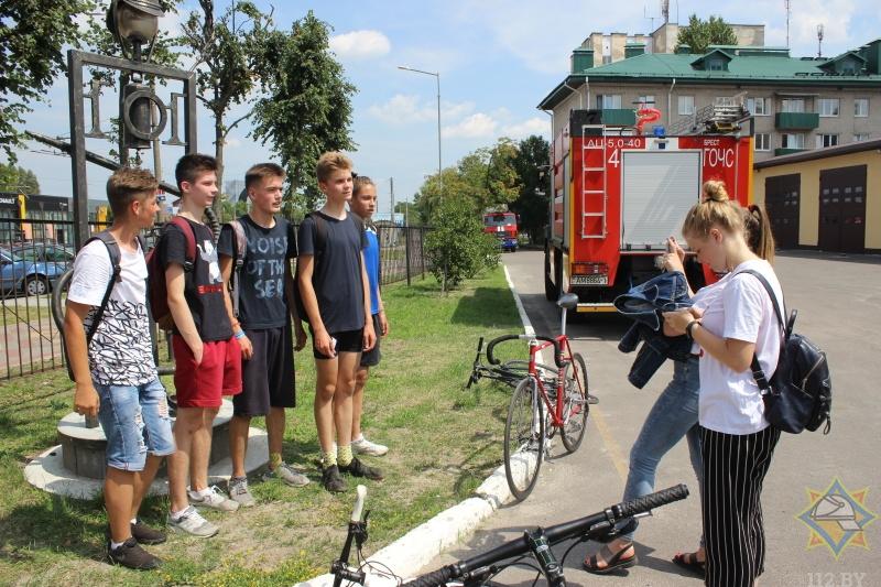 В Бресте накануне Дня пожарной службы и тысячелетия города состоялся велоквест от МЧС