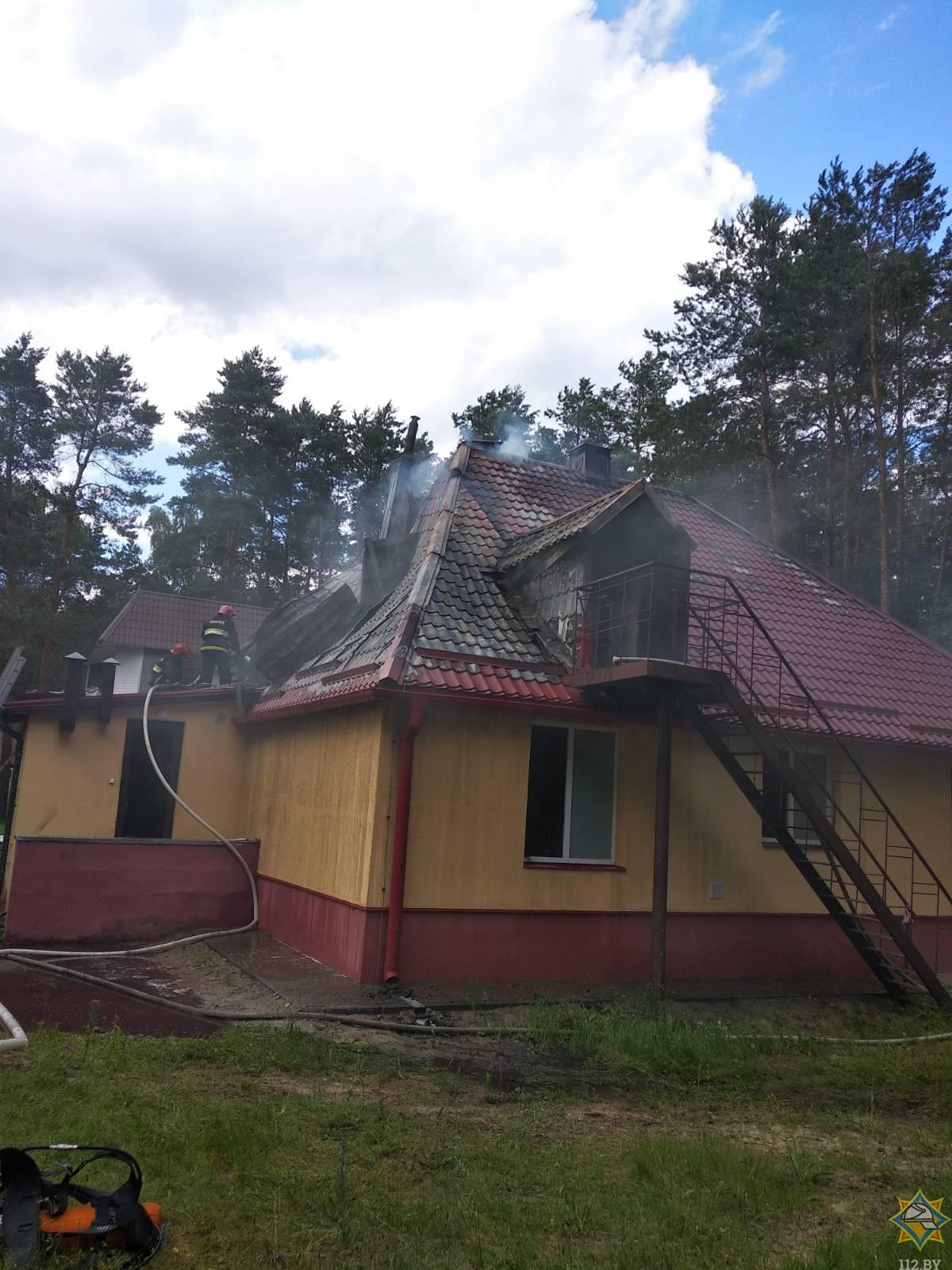 """Спасатели ликвидировали пожар на базе отдыха """"Белое озеро"""""""